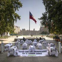 Con camillas y enfermos frente a La Moneda, Greenpeace alerta sobre las consecuencias del carbón en zonas de sacrificio