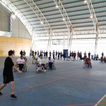 Demostración de handball en silla de ruedas para enseñar sobre deporte adaptado