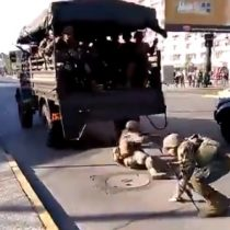 De agresiva represión a chascarro militar: dos uniformados cayeron en plena revuelta social