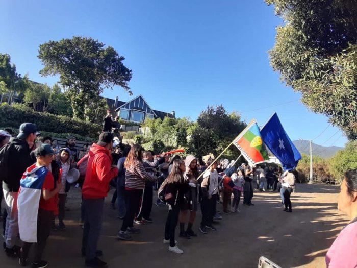 Vecinos de Zapallar se manifestaron frente a casa de Piñera en Cachagua