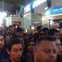 Línea 4 del Metro reinicia operaciones con alta congestión en la estación Quilín