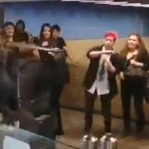 Al más puro estilo de un jedi: usuaria enojada amenaza con su muleta a estudiantes evasores del Metro