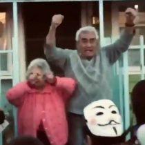 Una emocionada pareja de adultos mayores apoya con entusiasmo marcha en Quillota