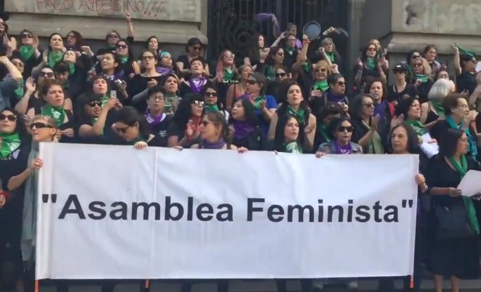 Asamblea feminista se manifestó afuera de la Biblioteca Nacional