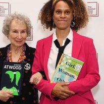 Margaret Atwood y Bernardine Evaristo ganan el prestigioso premio literario Booker