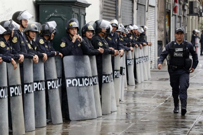 Crisis en Perú: Policía cerca el Congreso e impide entrada a los parlamentarios