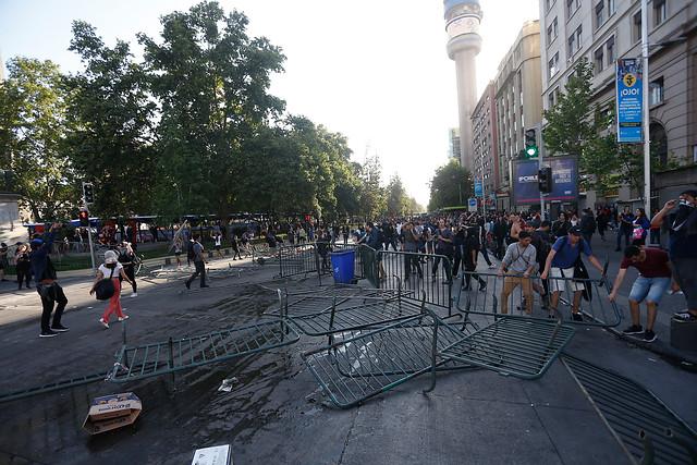 Santiago como Ciudad Gótica: viernes de furia por alza de pasajes del Metro tiene a La Moneda en reunión de emergencia