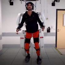 Hombre con tetraplejia vuelve a caminar gracias a tecnológico exoesqueleto