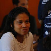 Fernanda Pinilla firma por partido del Frente Amplio: