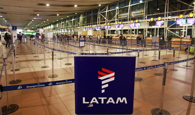 Rescate a Latam o a toda la industria aérea local: el dilema que enfrenta el Gobierno tras sus señales a favor de la compañía controlada por la familia Cueto