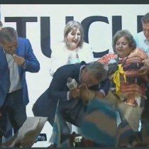 Todo por los votos: Macri besa el pie descalzo de anciana en pleno acto electoral y dice que encontró a su