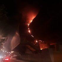 Noche de protestas en Santiago: incendio afecta a estación del Metro Trinidad