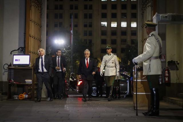 Piñera decreta estado de emergencia ante un 18 de octubre negro y realiza gesto tardío para estudiar alza de pasajes