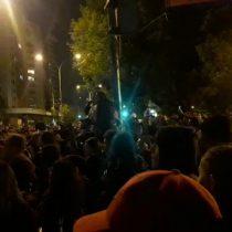 A pocos minutos del toque de queda: continúan manifestaciones en Santiago y cacerolazo se toma Plaza Ñuñoa