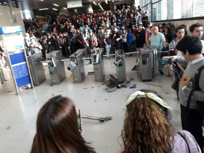 Nueva jornada de evasión masiva: destruyen torniquetes en Estación San Joaquín y hay manifestaciones en San Miguel y Chile-España