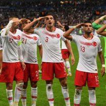 Polémicas del fútbol: UEFA investigará saludo militar turco y gestos nazis en Bulgaria