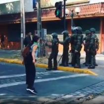 Mujer encara a Carabineros que la piropearon en medio de protestas
