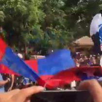 Todos unidos: Hinchas de Colo Colo y la Universidad de Chile protestan juntos en Plaza Nuñoa