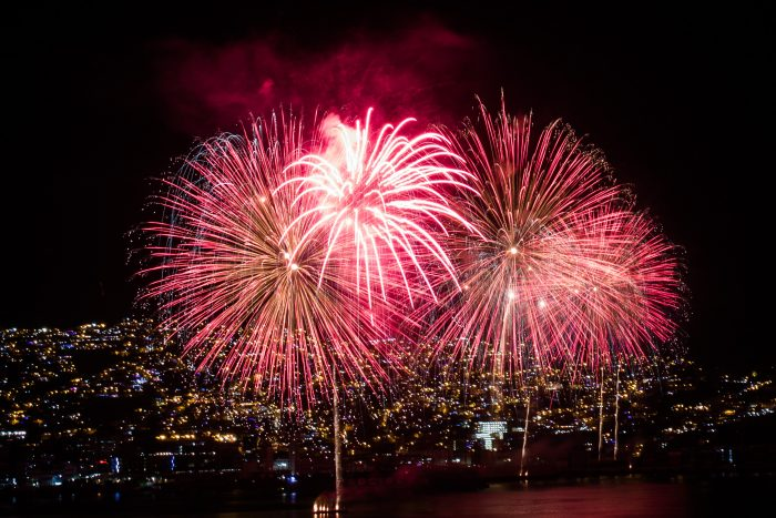 Año nuevo mesurado: más comunas se suman a la suspensión de shows pirotécnicos