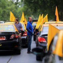 Taxistas se manifiestan en las calles del centro de Santiago para pedir la renuncia de la ministra Hutt