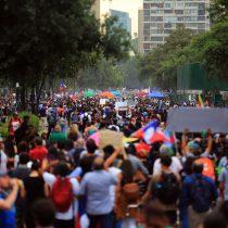 Plaza Italia en el centro de Santiago volvió a poblarse masivamente a tres semanas que estallara la crisis