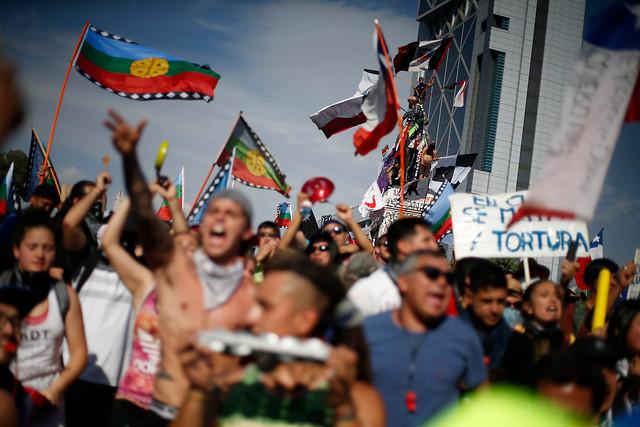 Masivas manifestaciones pacíficas y graves desmanes en Santiago y regiones elevan la tensión de la crisis social y política en el país