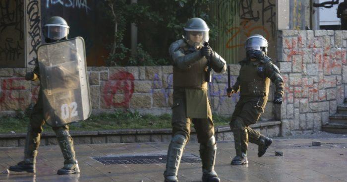 Contraloría oficia a Carabineros por apodos de policías en sus uniformes