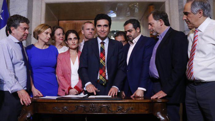 Aumento en las pensiones y una rebaja en el transporte público: los acuerdos que se lograron entre senadores y Gobierno tras maratónica jornada de negociación