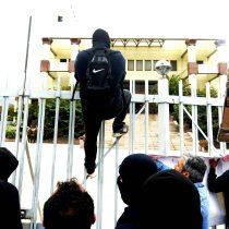 Incidentes aislados obligaron actuar de Carabineros en manifestación pacífica afuera del Congreso