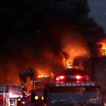 Gigantesco incendio en fábrica de aceites industriales obliga a suspender las clases en Lampa y Colina