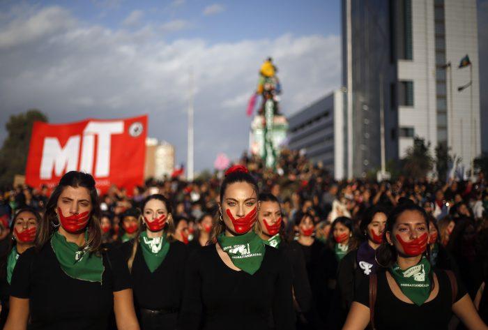 """Informe Human Rights Watch: """"Los carabineros parecen ser más propensos a obligar a desnudarse a mujeres y niñas que a hombres"""""""