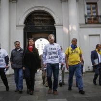 Entrada con simbolismo: Mesa de Unidad Social llegó hasta La Moneda para reunirse con el ministro Blumel