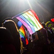 Joven gay detenido en estado de emergencia dejó Santiago 1: Movilh exige investigación a Carabineros