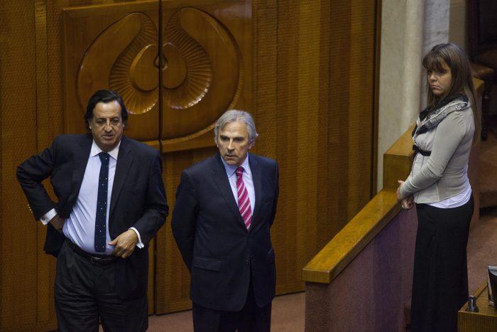 Senadores Moreira y Pérez denuncian que sufrieron ataque de manifestantes en la carretera