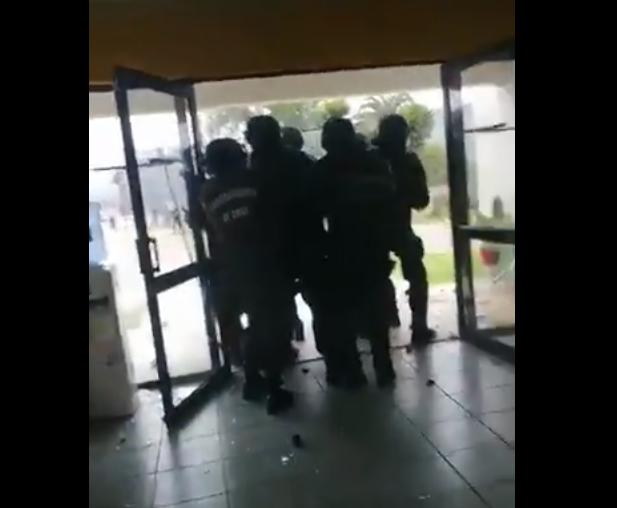 Manifestantes atacan subcomisaría de San Antonio - El Mostrador