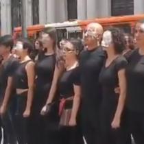 Manifestantes honran a víctimas de traumas oculares a las afueras de los Tribunales de Justicia de Santiago
