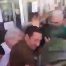 Funan al ministro Mañalich a la salida del Hospital Padre Hurtado