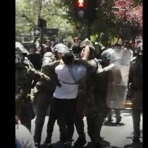 Violenta detención de estudiante por parte de Carabineros en el campus Los Leones de la Universidad San Sebastián