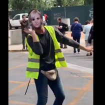 Jóvenes dirigen el tránsito con máscaras de Evelyn Matthei en Providencia