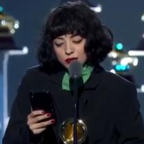 """""""La bala del que no escucha, no detendrá nuestra lucha"""": la emocionante intervención de Mon Laferte en los Latin Grammy"""