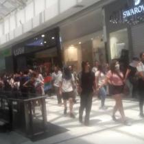 Cientos de personas irrumpen el interior del Mall Parque Arauco para manifestarse
