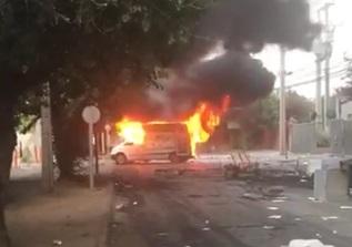 Los Andes: manifestantes queman ambulancia y realizan destrozos en Mutual de Seguridad