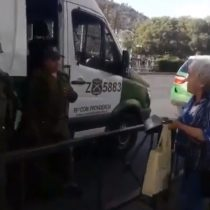 """""""Basta ya"""": anciana realiza solitario cacerolazo criticando a militares y carabineros a metros de estos últimos"""