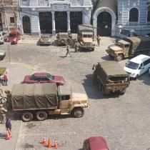 Armada explica despliegue de seis camiones en la Plaza Sotomayor de Valparaíso