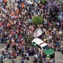 Tumulto agrede a Carabineros en medio de manifestaciones en la Alameda