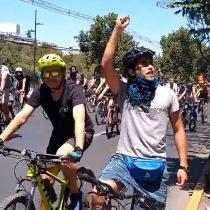 Ciclistas llegan hasta la Clínica Santa María para apoyar a Gustavo Gatica: fueron dispersados por Carabineros