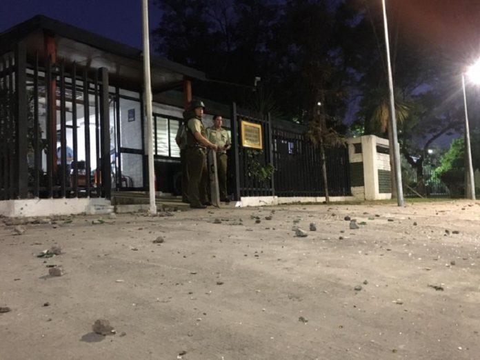 Cinco carabineros heridos tras ataque con piedras y bombas molotov a comisaría de Renca