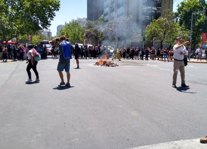 Estudiantes secundarios arman barricadas y cortan el tránsito en Providencia