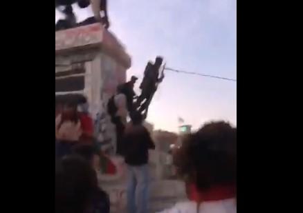 Derriban estatua del monumento a Baquedano en Plaza Italia: municipalidad retiró los restos