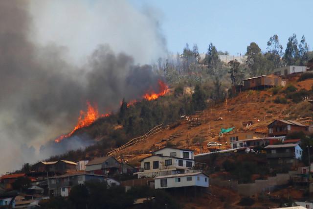 Valparaíso: tres incendios se mantienen activos y al menos 4.700 personas están sin agua
